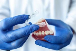 Eine Zahnspange kann für Erwachsene und Kinder sehr kostspielig sein.