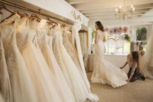 Die Kosten eines tollen Brautkleids können mehrere Tausend Euro betragen.