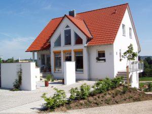Die Kosten eines Massivhauses können Bauherren durch Eigenleistungen deutlich verringern.