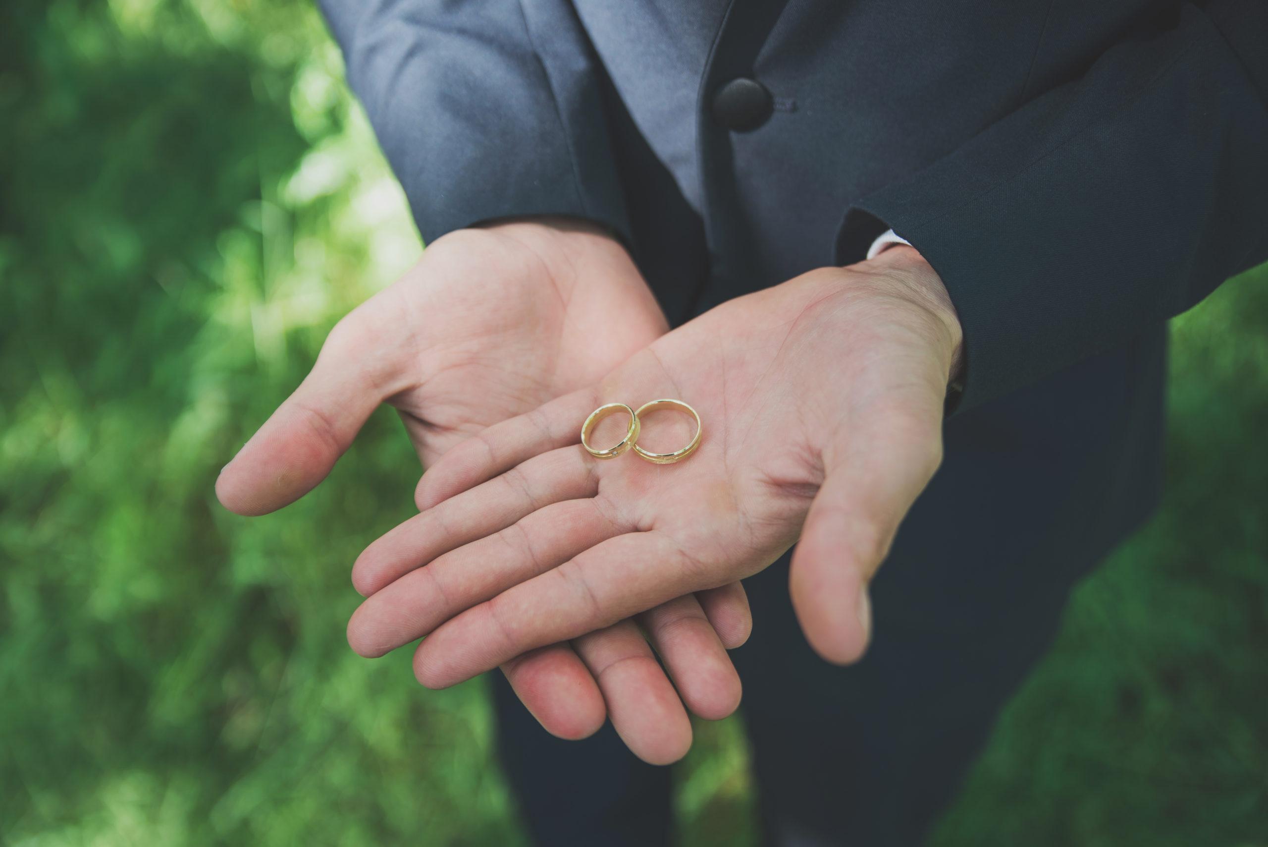 Die Kosten von Eheringen hängen vom Material ab und auch davon, ob Edelsteine verwendet werden.
