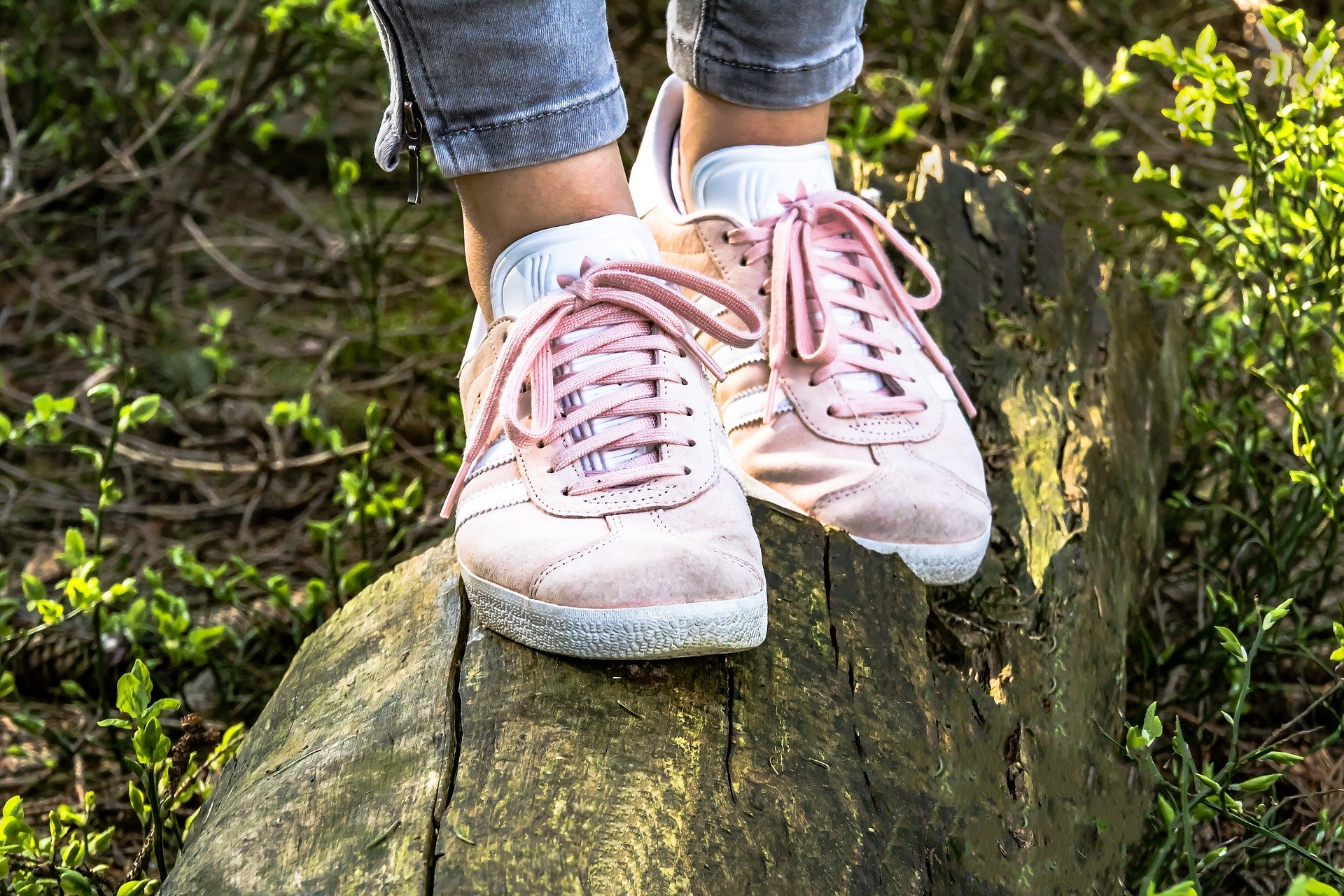 Sneakers passen praktisch zu jeder Gelegenheit. Foto: Myriams-Fotos via pixabay.