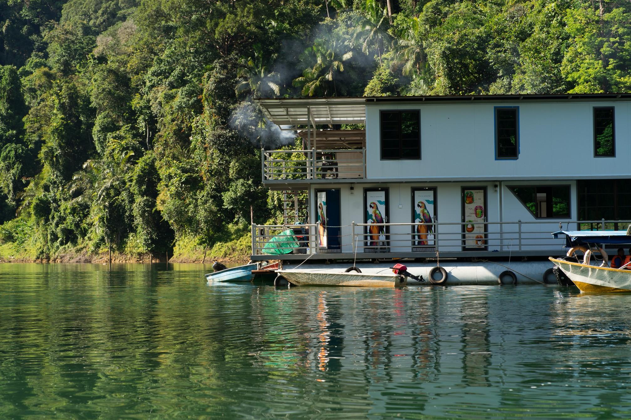 Ein modernes Hausboot kann mehr als 1 Million Euro kosten. Foto ellinnurbakarudin via Twenty20