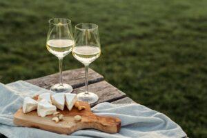 Käse, Nüsse und Cracker gehören zu einer guten Weinprobe. Foto: zolotko via Twenty20